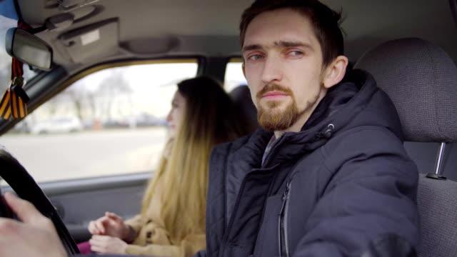 부부 싸움 후 차에 앉아 - 이성 커플 스톡 비디오 및 b-롤 화면