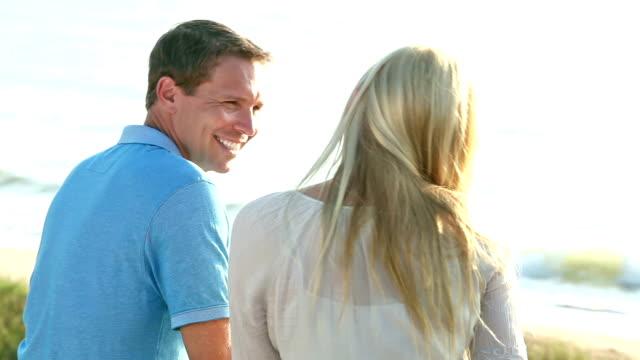 vidéos et rushes de séance de couple ensemble sur le banc en bois à parler de la plage - 40 44 ans