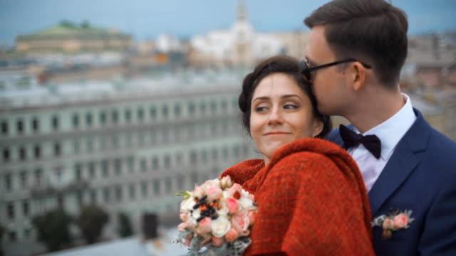 couple standing on the roof - true love angielski zwrot filmów i materiałów b-roll