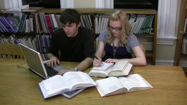 Paar studieren in der Bibliothek – Video