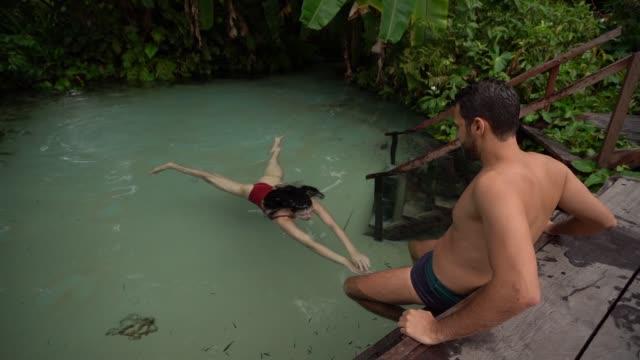 para pływanie w fervedouro w brazylii - ekoturystyka filmów i materiałów b-roll