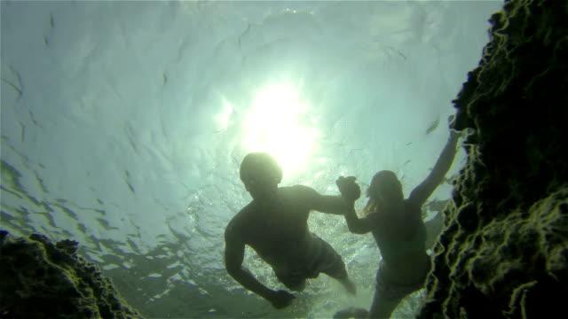 unterwasser: paar-hände halten - sporttauchen stock-videos und b-roll-filmmaterial