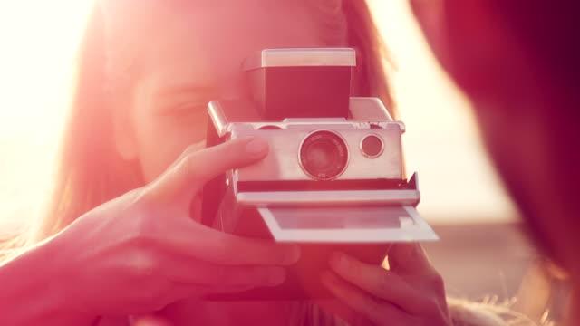 stockvideo's en b-roll-footage met couple taking photos - polaroid