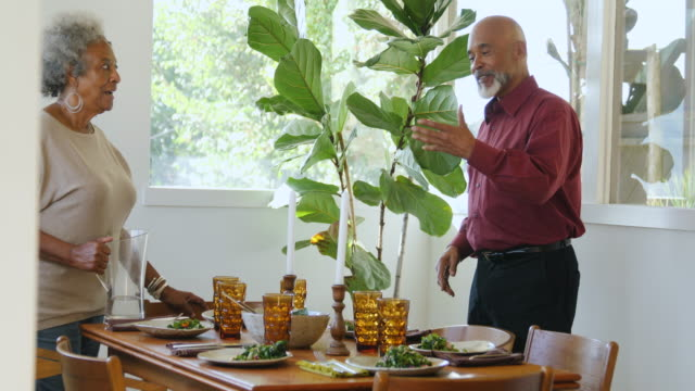 vídeos de stock, filmes e b-roll de pares que falam na tabela durante a preparação do partido - vegetarian meal