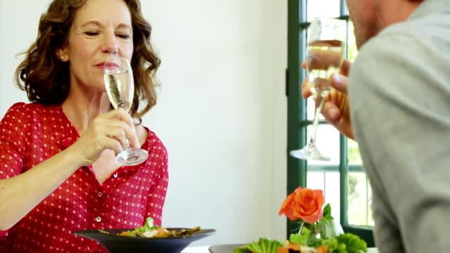 para opiekania wina szkło w restauracji - 40 49 lat filmów i materiałów b-roll