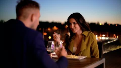 coppia tosta bicchieri da vino al tavolo del ristorante - cena video stock e b–roll