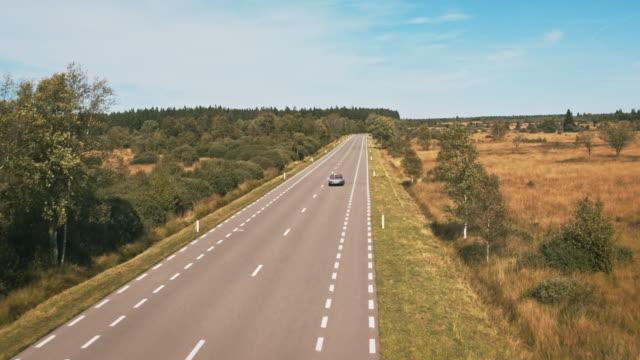 stockvideo's en b-roll-footage met paar reizen in vintage auto op country road - er even tussenuit