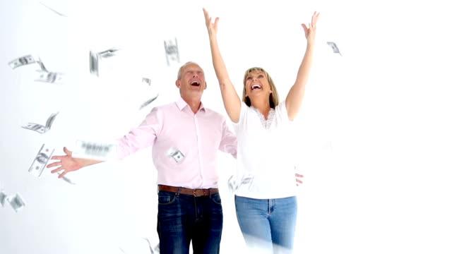 par som försöker fånga pengar faller från himlen i slowmotion - lotteri bildbanksvideor och videomaterial från bakom kulisserna
