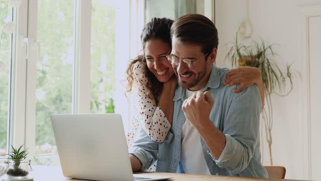 para używać laptop czytać wiadomości krzyczeć z radością świętowanie sukcesu - para aranżacja filmów i materiałów b-roll