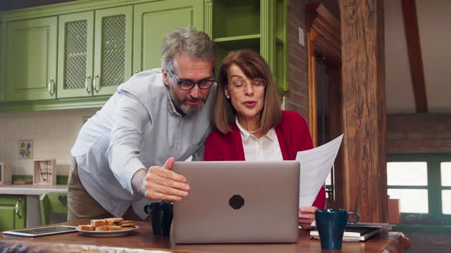 par som använder internetbank hemma - dept bildbanksvideor och videomaterial från bakom kulisserna