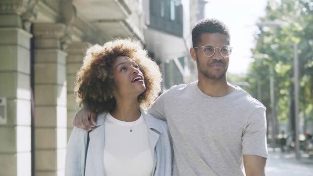 vidéos et rushes de couples marchant et parlant en ville - 30 34 ans