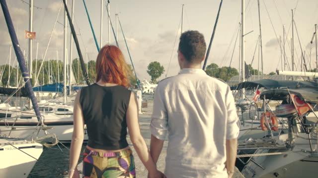 vídeos de stock, filmes e b-roll de casal andando na marina - marina