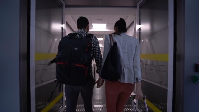 stockvideo's en b-roll-footage met paar wandelen in de luchthaven - vliegveld vertrekhal