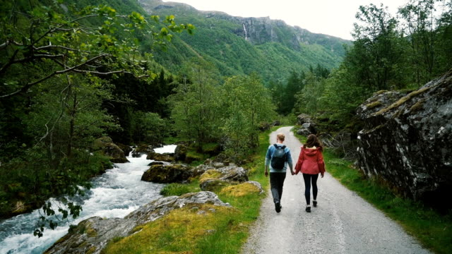 vídeos de stock e filmes b-roll de couple walking in countryside in norway - noruega