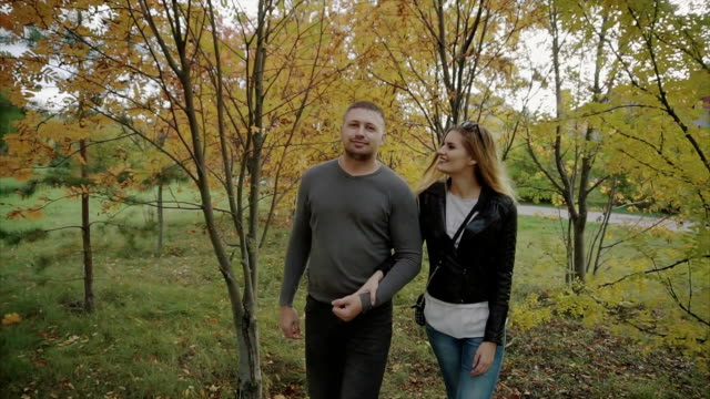 par promenader i parken hösten - gå tillsammans bildbanksvideor och videomaterial från bakom kulisserna