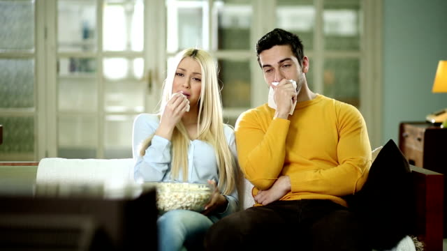 vídeos y material grabado en eventos de stock de pareja viendo tv juntos y llanto - llorar