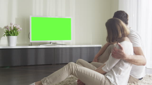 vídeos de stock e filmes b-roll de couple watching tv with green screen. great for mockup usage. - future hug