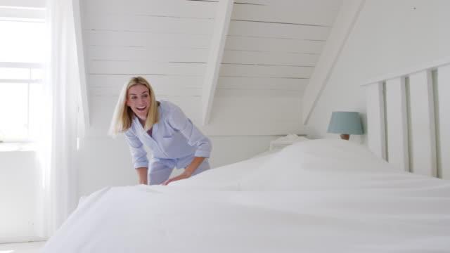 vidéos et rushes de couple, porter des pyjamas faire lit matin - tâches ménagères