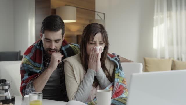 Couple ayant un rhume - Vidéo
