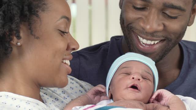 par med nyfödd på sjukhus - 25 29 år bildbanksvideor och videomaterial från bakom kulisserna