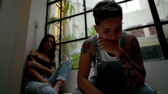 stockvideo's en b-roll-footage met koppel met relatie moeilijkheden - couple fighting home
