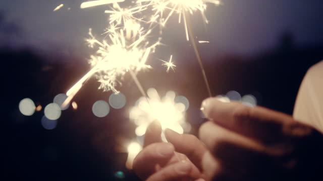 vidéos et rushes de couple avec des cierges magiques - lumière noël