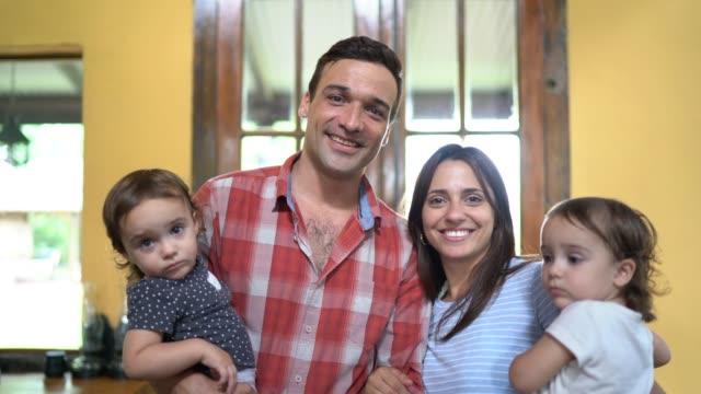 para z dwoma bliźniakami portret w domu - argentyna filmów i materiałów b-roll