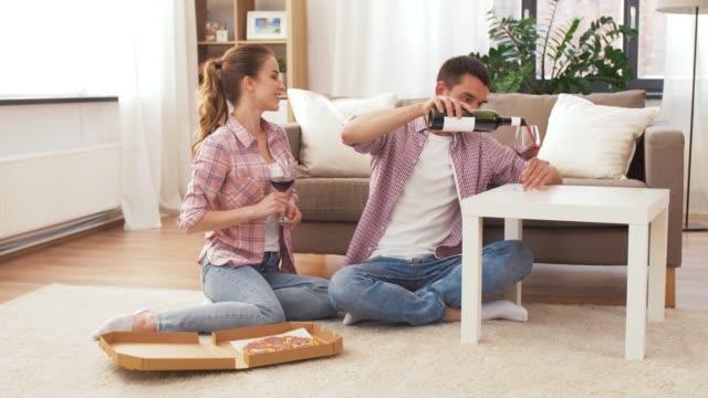 par med vin och takeaway pizza hemma - wine box bildbanksvideor och videomaterial från bakom kulisserna