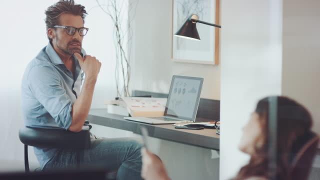 Couple travaillant à la maison - Vidéo