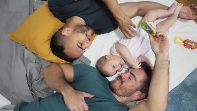 hbt-par och adoption - enbarnsfamilj bildbanksvideor och videomaterial från bakom kulisserna