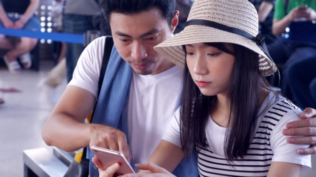 Couples use smartphones to find travel information.