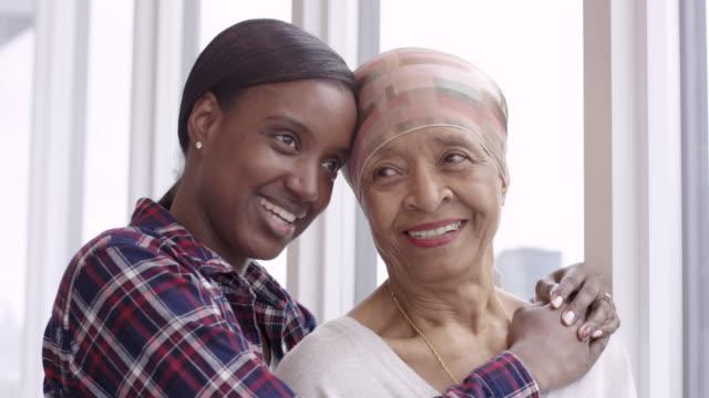 stockvideo's en b-roll-footage met moedige vrouw met kanker besteedt kostbare tijd met volwassen dochter - breast cancer