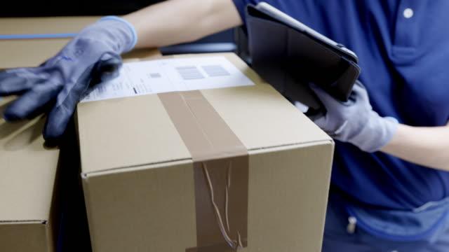 kurier-prüfpaket für die lieferung - post it stock-videos und b-roll-filmmaterial