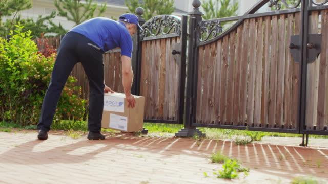kurye teslim paketi ve çağrı müşteri - sahanlık stok videoları ve detay görüntü çekimi