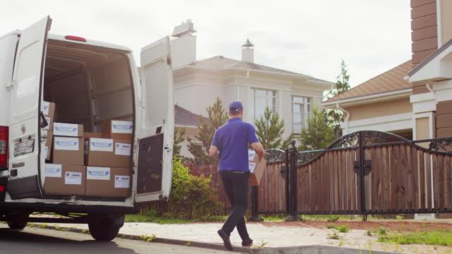 kurye teslim paketi ve telefon görüşmesi yapma - sahanlık stok videoları ve detay görüntü çekimi