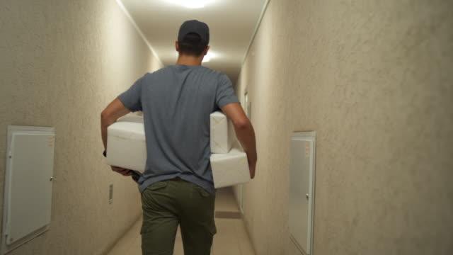 快遞遞送包裹 - postal worker 個影片檔及 b 捲影像