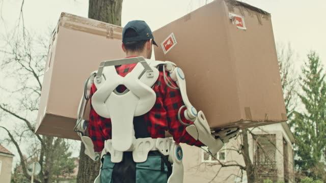 動力外骨格の宅配便はパッケージを提供しています。 - 包装点の映像素材/bロール