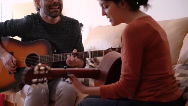 kurs hemma lära sig att spela ett instrument. musik koncept livsstil. - gitarrist bildbanksvideor och videomaterial från bakom kulisserna