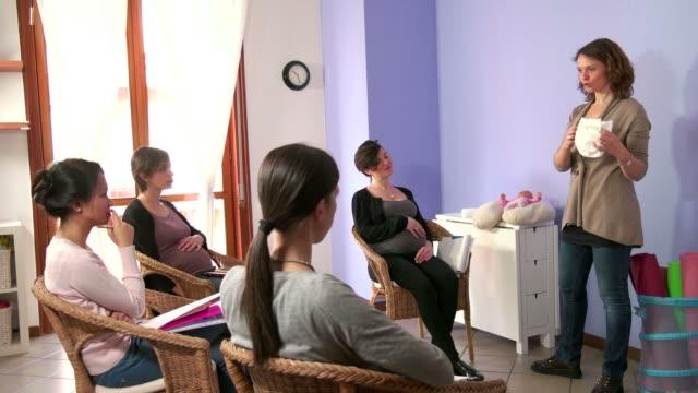 コースの妊娠中の方、妊娠中の女性母学習おむつを使用 ビデオ