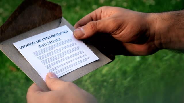 vidéos et rushes de décision du tribunal - carte postale