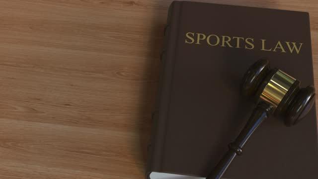 domstolsklubba på sports law bok - lagbok bildbanksvideor och videomaterial från bakom kulisserna