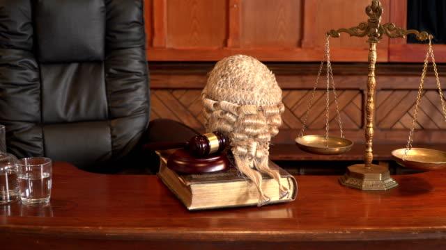 4k dolly: avukat ile mahkeme tezgah / yargıç wig - peruk stok videoları ve detay görüntü çekimi