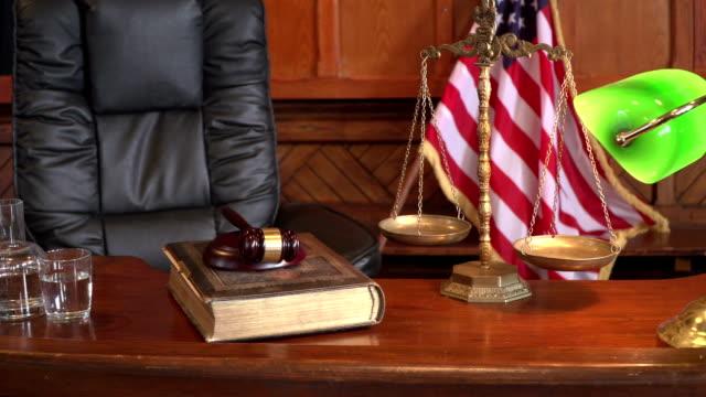 4k dolly: rättssalen bänk med usa flaggan - domstol bildbanksvideor och videomaterial från bakom kulisserna
