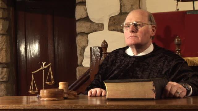 courtroom legal judge hitting the gavel on a block (law) - dom bildbanksvideor och videomaterial från bakom kulisserna