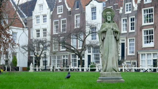 vídeos y material grabado en eventos de stock de patio del begijnhof. amsterdam, países bajos - hermana