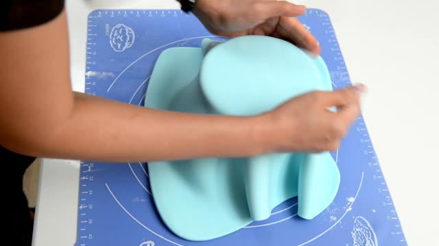 cover a cake with fondant - decorazione per dolci video stock e b–roll