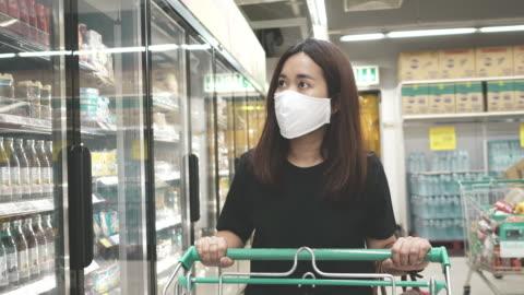 vidéos et rushes de effet covid-19 : achat de panique - faire les courses