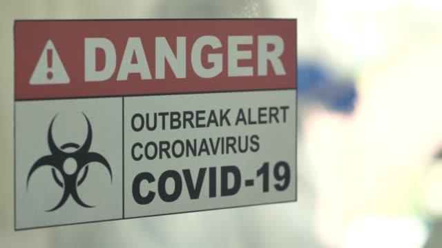 covid-19 : naukowcy pracujący w laboratorium z przeciwwirusowymi próbkami testowymi coronavirus covid-19 - mikrobiologia filmów i materiałów b-roll