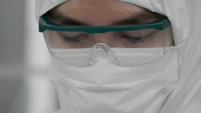 covid-19 : aşılama - covid vaccine stok videoları ve detay görüntü çekimi