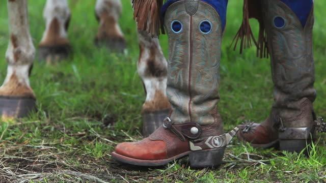 tradycyjne buty, spurs, czapsy westernowe i kopyt konia - kowbojka praca związana z ziemią filmów i materiałów b-roll